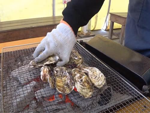 店員さんが牡蠣の焼き方をレクチャー